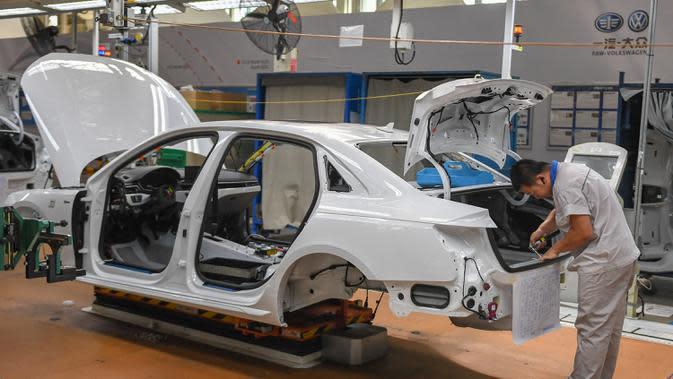 Pekerja merakit mobil di pabrik milik First Automotive Works (FAW) Group Co., Ltd. di Changchun, ibu kota Provinsi Jilin pada 1 September 2020. FAW, produsen otomotif terkemuka di China, menjual 2.656.744 unit kendaraan pada tiga kuartal pertama tahun ini, naik 8 persen secara tahunan (year on year)