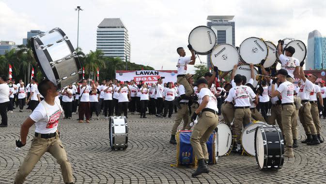Taruna IPDN memeriahkan apel bersama lawan kampanye hoax dan berujar kebencian di lingkungan Kemendagri dan BNPP di Lapangan Monas, Jakarta, Jumat (15/2). Apel dipimpin Mendagri, Tjahjo Kumolo. (Liputan6.com/Helmi Fithriansyah)