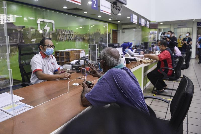 Customers paying their bills at the Shah Alam Kedai Tenaga branch June 2, 2020. — Picture by Miera Zulyana