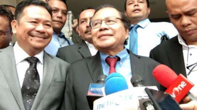 Rizal Ramli didampingi Otto Hasibuan saat datangi Polda Metro Jaya.