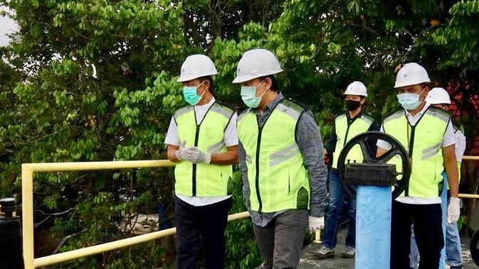 Direktur Enterprise & Business Service Telkom Edi Witjara (tengah) saat meninjau Pusat Pengolahan Air Minum Tirta Raharja, Cipageran, Cimahi, Jawa Barat, Jumat (18/9).