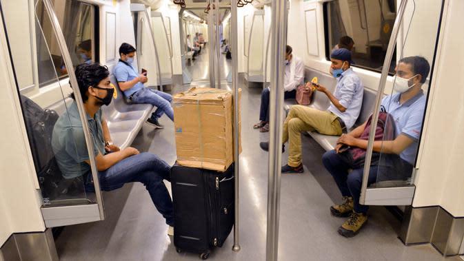 Para penumpang menerapkan praktik jaga jarak sosial dalam gerbong kereta metro di New Delhi, India, 7 September 2020. Layanan kereta metro kembali beroperasi pada 7 September 2020 pagi di berbagai kota seluruh India setelah ditutup selama lebih dari lima bulan. (Xinhua/Partha Sarkar)
