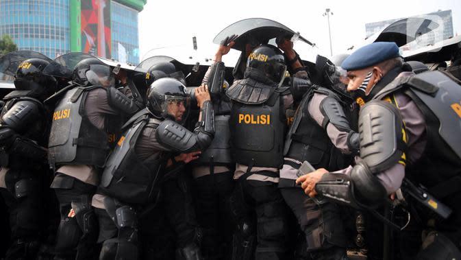 Polisi terlibat bentrok dengan pengunjuk rasa yang menolak UU Cipta Kerja di kawasan Harmoni, Jakarta, Kamis (8/10/2020). (Liputan6.com/Faizal Fanani)