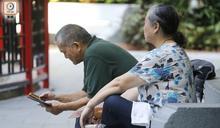 銀髮族使用智能手機情況普及 機構推應用程式助管理健康
