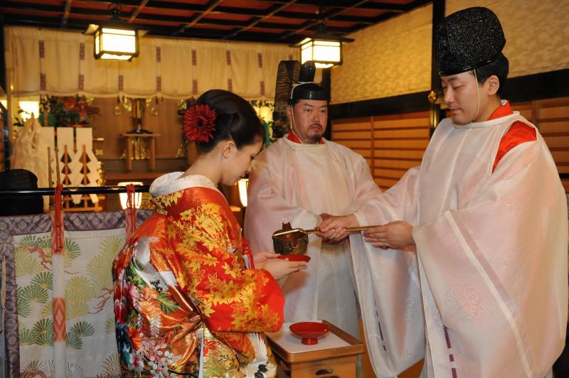 Taking part in the san san kudo. [Photo: Saori Tanoue]