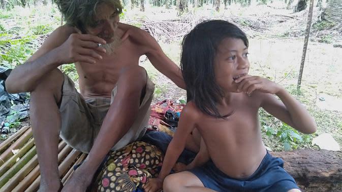Orang rimba tinggal di bawah pondok yang berada di perkebunan sawit masyarakat di pedalaman Merangin, Jambi, Jumat (21/2/2020). (Liputan6.com / Gresi Plasmanto)