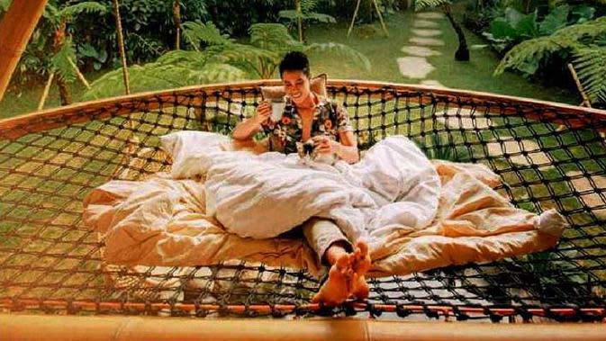 Ruang santai semi outdoor Hideout Horizon Bali Karya Studio WNA. (dok. Arsitag.com)
