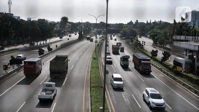 Sejumlah kendaraan melintasi ruas Tol Jagorawi, Jakarta, Rabu (22/4/2020). Mulai 24 April 2020, pemerintah membatasi kendaraan yang melewati jalan tol hanya untuk kepentingan mengangkut logistik, layanan kesehatan, hingga perbankan. (merdeka.com/Iqbal S. Nugroho)