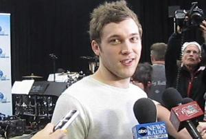 """Watch Season 11′s Idols Serenade Phillip Phillips With """"What Makes You Beautiful"""""""