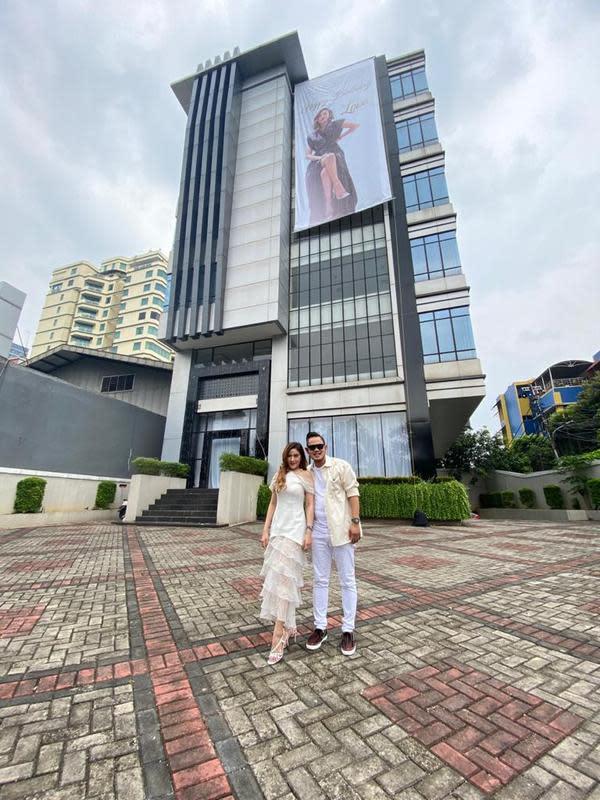Gilang Widya Pramana memberikan kado ulang tahun kepada istrinya, Shandy Purnamasari (ist)