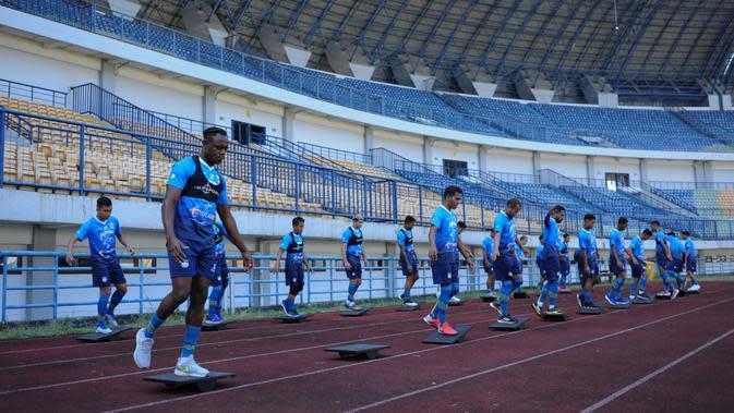 Pemain Persib Bandung sedang berlatih di Stadion GBLA, Bandung, Sabtu (22/8/2020). (Bola.com/Erwin Snaz)
