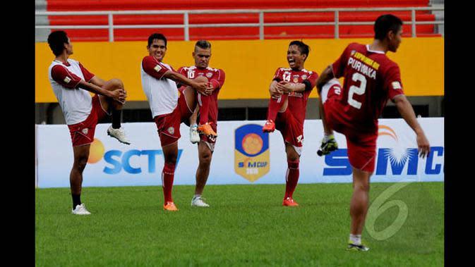 Sejumlah pemain Arema Cronus melakukan peregangan otot jelang berlatih di Stadion Jakabaring Palembang, Sabtu (24/1/2015). Arema Cronus akan bertemu Persebaya Surabaya di semifinal SCM Cup 2015 pada Minggu (25/1). (Liputan6.com/Johan Tallo)