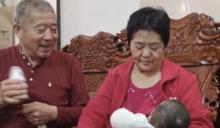 孫子比女兒大20歲!67歲阿嬤自然受孕 「逆齡回春」親餵母乳