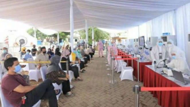Warga mengikuti rapid test gratis di halaman Masjid Ar Rayyan, Tangerang.