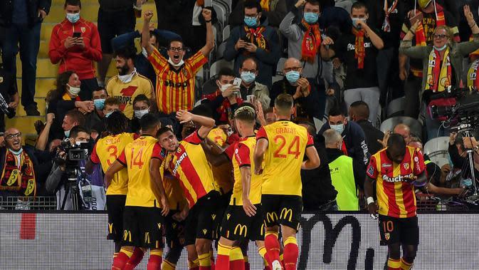 Pemain Lens merayakan gol yang dicetak Ignatius Ganago ke gawang PSG pada laga Liga Prancis di Stadion Bollaert-Delelis, Jumat (11/9/2020). PSG kalah 0-1 atas Lens. (AFP/Denis Charlet)