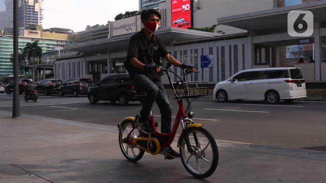 Petugas melakukan pengecekan sepeda untuk layanan bike sharing atau penyewaan sepeda di Kawasan Jakarta, Jumat (3/7/2020). Layanan bike sharing yang bertujuan untuk mengurangi penggunaan kendaraan bermotor ini terbagi dalam 6 titik lokasi di Jakarta. (Liputan6.com/Angga Yuniar)