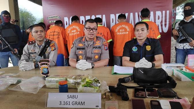Barang bukti narkoba jenis sabu yang ditampilkan Polresta Pekanbaru kepada media. (Liputan6.com/M Syukur)