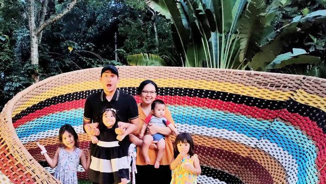Potret harmonis keluarga Rama Michael dan Chika Friska Sanjaya. (Sumber: Instagram/chikachic7)