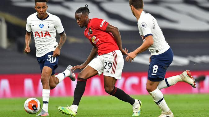 Bek Manchester United, Aaron Wan-Bissaka, berebut bola dengan pemain Tottenham Hotspur dalam laga lanjutan Premier League 2019/20 di Tottenham Hotspur Stadium, Sabtu (20/6/2020) dini hari WIB. Manchester United bermain imbang 1-1 atas Tottenham. (AFP/Glyn Kirk/pool)
