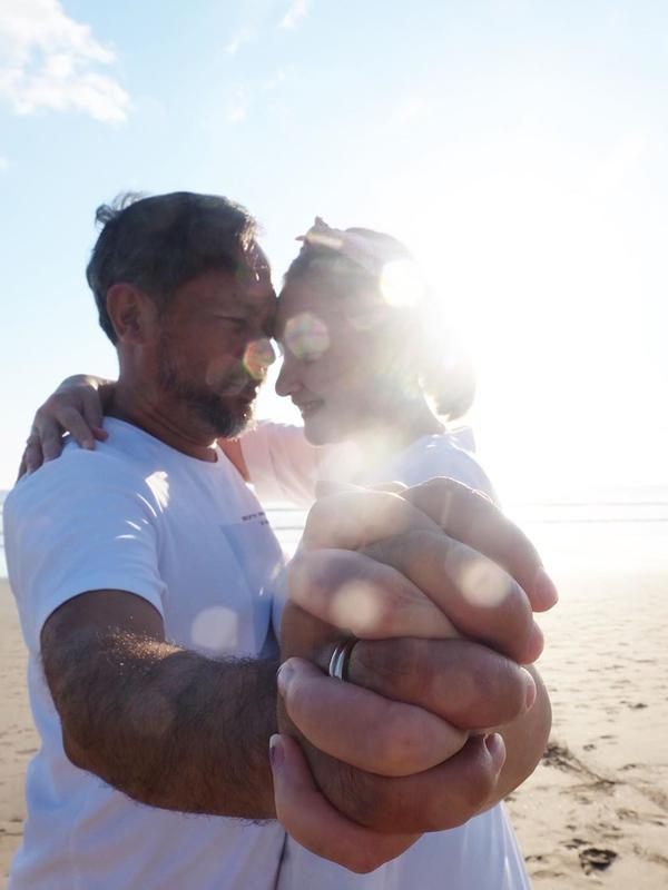 Momen Manis Mona Ratuliu dan Suami (Sumber: Instagram//monaratuliu)