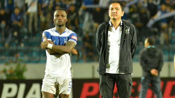 Gelandang jangkar PSIS, Ibrahim Conteh (kiri) bersama CEO PSIS, Yoyok Sukawi. (Bola.com/Vincentius Atmaja)