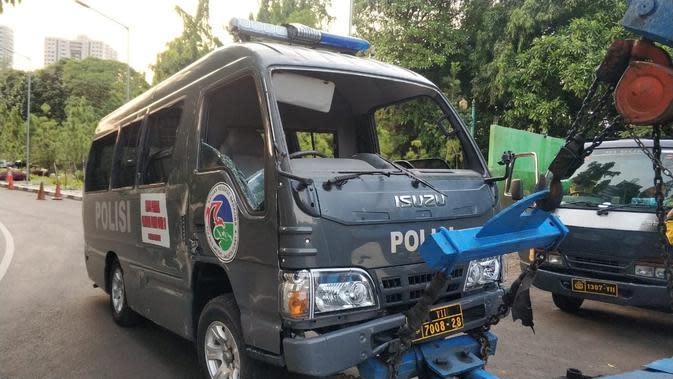 Pendemo Tolak Omnibus Law Rusak Minibus di Pejompongan