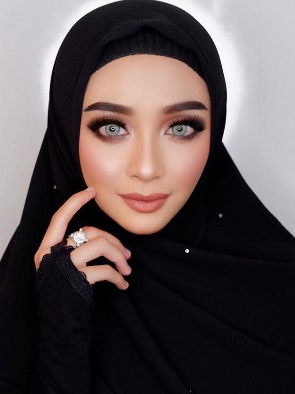 Biasa tampil dengan makeup ceria, ternyata Ega Noviantika jago bergaya dengan makeup gelap. Penyanyi dangdut ini memilih tampil dengan makeup bold bagian mata, dan lipstik soft di bagian bibir. (Liputan6.com/IG/eganoviantika_98)