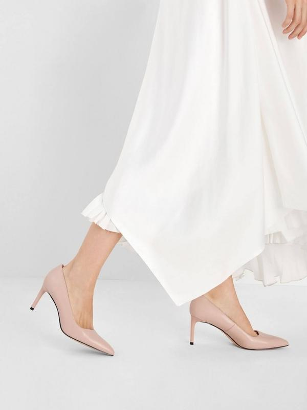 Sepatu nude (https://www.charleskeith.eu/mt/shoes/shoes-all/view-all/classic-pointed-toe-court-shoes-nude-ck1-60920122.html)