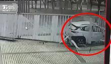 轎車衝進文心森林公園 鐵門撞成「波浪狀」