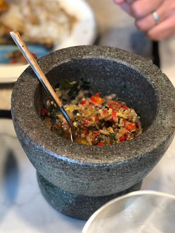 Sebelumnya, ia juga membagikan cobek batunya yang didalamnya masih terisi sambal matah. Sebagai orang berdarah Indonesia, ia mengaku suka makan pedas. (Instagram/anggun_cipta)