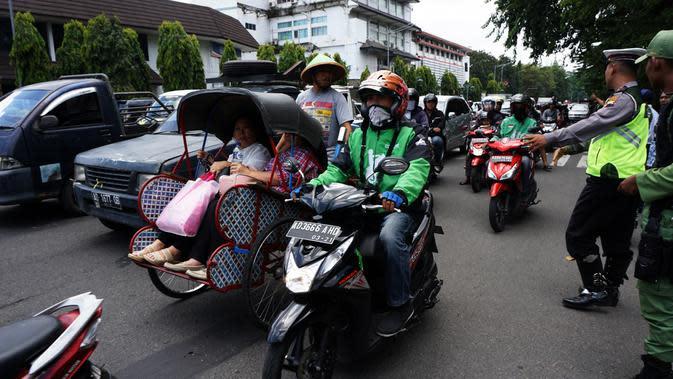 Polisi menjaga di depan Balai Kota Solo, Jateng, mengantisipasi bentrok susulan antara sopir taksi dan pengemudi GoJek. (Liputan6.com/Fajar Abrori)