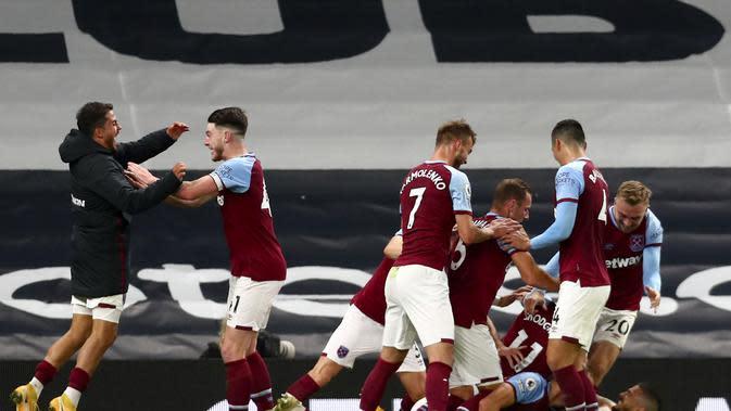 Para pemain West Ham United merayakan gol ketiga ke gawang Tottenham Hotspur dalam lanjutan Liga Inggris di Tottenham Hotspur Stadium, London, Minggu, 18 Oktober 2020. (Clive Rose / Pool via AP)