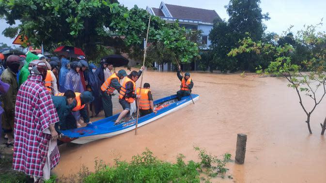 Tim penyelamat mengevakuasi penduduk pada daerah yang terendam banjir di Provinsi Quang Tri, Vietnam, 8 Oktober 2020. Hujan deras dan banjir telah menyebabkan lima orang tewas dan tiga lainnya hilang di Vietnam utara dan tengah dalam beberapa hari terakhir. (Xinhua/VNA)