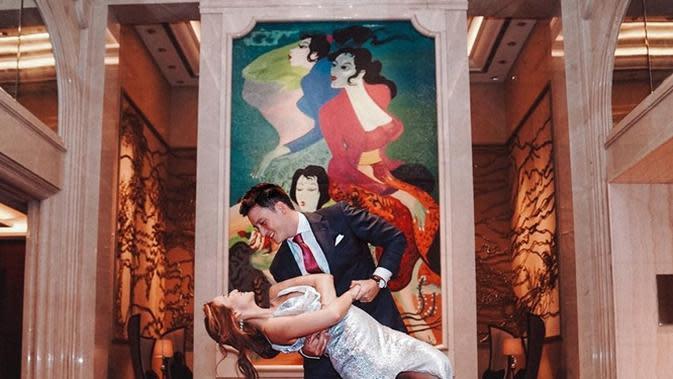 Mike Lewis dan kekasihnya, Janisaa Pradja, melangsungkan pertunangan di Raffles Hotel Jakarta pada Jumat (15/11/2019) lalu. (Sumber: Instagram/@mike_lewis)