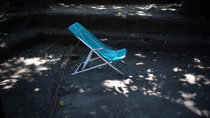 Kursi milik jurnalis foto El Salvador Franklin Rivera, 52, yang meninggal karena COVID-19, di Ciudad Delgado, El Salvador, 13 Juli 2020. Hingga 25 September 2020, kematian global akibat COVID-19 hampir mencapai satu juta, sepertiganya terjadi di Amerika Latin. (Yuri CORTEZ/AFP)