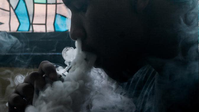 Ilustrasi foto menunjukkan seorang pelanggan merokok elektrik di sebuah toko vape di Manila (20/11/2019). Presiden Filipina Rodrigo Duterte mengumumkan akan melarang penggunaan e-rokok. (AFP Photo/Dante Diosina Jr)