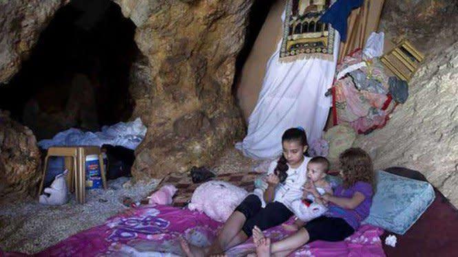 Rumah Dirampas Israel, Muslim Palestina Huni Goa Sarang Kalajengking