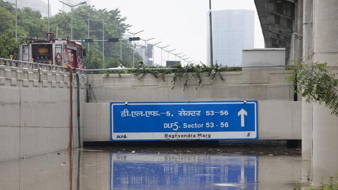 Petugas menyedot air di underpass jalan yang banjir menyusul hujan monsun di Gurgaon di pinggiran New Delhi (19/8/2020). Hujan lebat melanda New Delhi pada 19 Agustus, membanjiri jalan dan menumpuk kesengsaraan bagi penumpang di ibu kota India yang kacau balau. (AFP/Xavier Galiana)