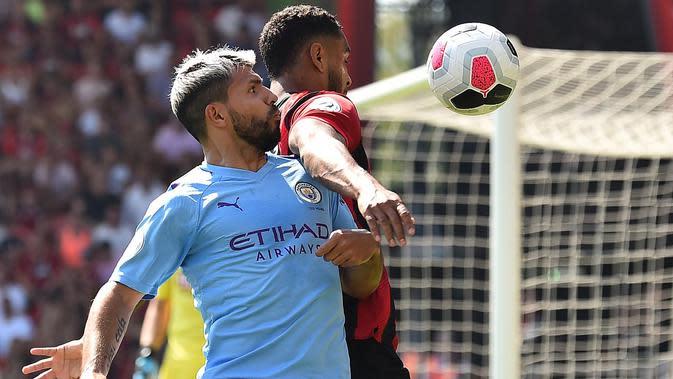 Striker Manchester City, Sergio Aguero, menyundul bola saat melawan Bournemouth pada laga Premier League 2019 di Stadion Vitality, Minggu (25/8). Manchester City menang 3-1 atas Bournemouth. (AFP/Glyn Kirk)