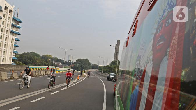 Warga bersepeda saat Car Free Day (CFD) di Jalan Layang Non Tol Antarasari, Jakarta, Minggu (28/6/2020). Digantikannya HBKB atau CFD di 32 lokasi baru dengan alasan menghindari terjadinya kerumunan warga untuk mencegah penyebaran COVID-19. (Liputan6.com/Herman Zakharia)