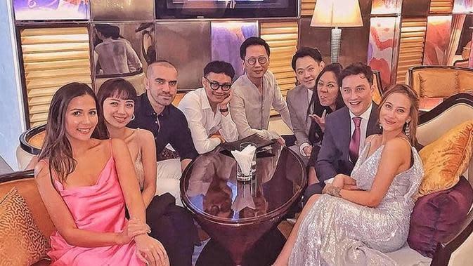 Mike Lewis dan kekasihnya, Janisaa Pradja, melangsungkan pertunangan di Raffles Hotel Jakarta pada Jumat (15/11/2019) lalu. (Sumber: Instagram/@missestellle)
