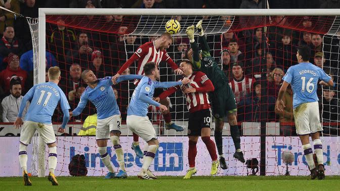 Kiper Manchester City, Ederson (kedua kanan) melakukan penyelamatan saat berkunjung ke markas Sheffield United pada pekan ke-24 Liga Inggris di Bramall Lane, Selasa (21/1/2020). Manchester City meraih hasil maksimal usai menang tipis 1-0 atas Sheffield United. (OLI SCARFF/AFP)