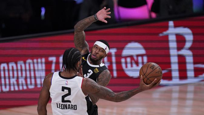 Pemain LA Clippers, Kawhi Leonard (nomor punggung 2) berhadapan dengan pebasket Denver Nuggets, Torrey Craig (3) pada semifinal Playoff NBA. (AP Photo/Mark J. Terrill)