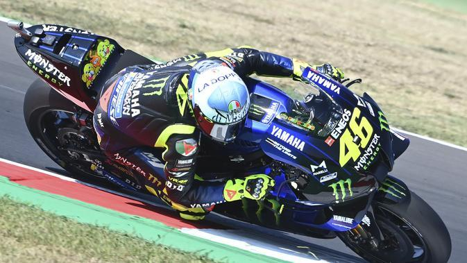 Penampilan pembalap Monster Energy Yamaha, Valentino Rossi, pada MotoGP San Marino, Minggu (13/9/2020). (AFP/Andreas Solaro)