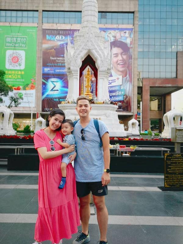 Keduanya kerap melakukan liburan bersama ke luar negeri. Terbaru keduanya habis saja meliburkan ke Thailand.Ardina Rasti dan suami mengajak anaknya dijajan pasar terkenal di Thailand. Pasangan ini sangat senang bisa berkunjung ke Thailand bersama keluarga kecilnya itu.(Liputan6.com/IG/ ardinarasti6)