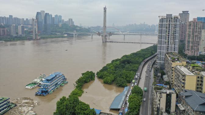 Foto dari udara yang diabadikan pada 18 Agustus 2020 ini menunjukkan air bah di bagian Chongqing Sungai Yangtze di Kota Chongqing, China barat daya. Kota Chongqing dilanda banjir parah. Status tanggap darurat Level I dikeluarkan pada Selasa (18/8) untuk pengendalian banjir. (Xinhua/Huang Wei)