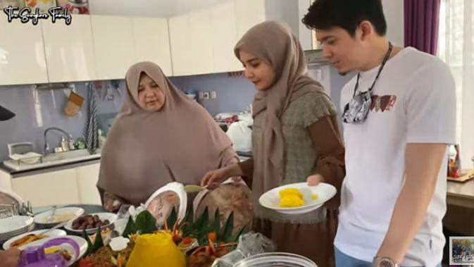 Melihat istrinya makan jengkol, Irwansyah tidak mau makan sepiring berdua. (Youtube/The Sungkars Family)