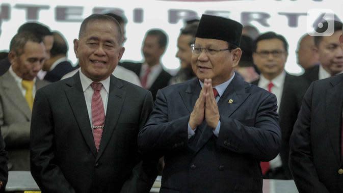 Pejabat baru Menteri Pertahanan Prabowo Subianto (kanan) bersama pejabat lama Menteri Pertahanan, Ryamizard Ryacudu usai seremoni serah terima di Kementerian Pertahanan, Jakarta, Kamis (24/10/2019). Ryamizard Ryacudu resmi menyerahkan jabatan kepada Prabowo Subianto. (Liputan6.com/Faizal Fanani)