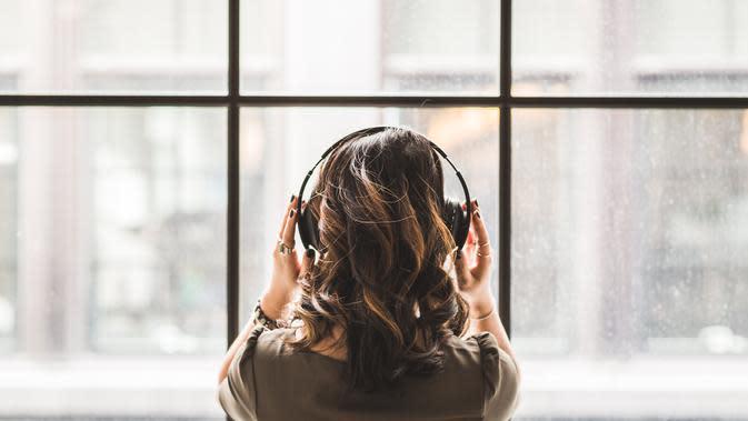 Ilustrasi Mendengarkan Musik Credit: pexels.com/Burst