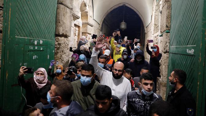 Muslim Palestina masuk untuk beribadah di kompleks masjid al-Aqsa, situs paling suci ketiga bagi Islam, di Yerusalem, Minggu (31/5/2020). Kompleks masjid Al-Aqsa kembali dibuka hari ini, Minggu (31/5) setelah ditutup dua bulan sebagai bagian upaya memutus penularan virus corona (Ahmad GHARABLI/AFP)